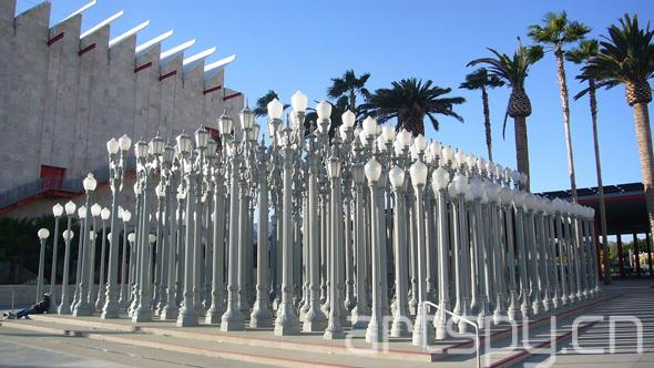 前卫表演和雕塑艺术家克里斯·伯登去世