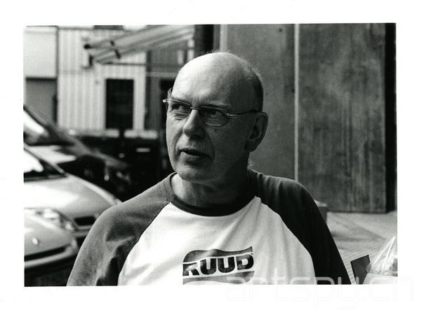 作为英国最重要的当代雕塑家,迪肯刚刚于去年举办了其在 英国泰特美术馆(Tate Britain)的个人回顾展。他代表性 的开放结构雕塑曾出现在世界各地的公共空间中,以颇具诗意的形式感和革新性的材料运用给观者留下了深刻的印象。 迪肯曾于 1987 年获得了西方世界最重要的当代艺术奖项之 一特纳奖,并于 1999 年位列英女王新年授勋名单, 荣获大英帝国勋章。 迪肯将自己看作是一位艺术创作与建筑材料完美结合的建 筑师。他自 80 年代以来创作了一系列运用日常生活材料 的独特雕塑作品,泡沫、橡胶、合