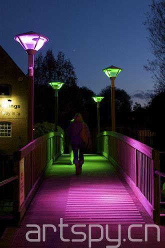 蒂内·本奇设计的互动灯光装置,行人从桥上走过时会触发不同的灯光