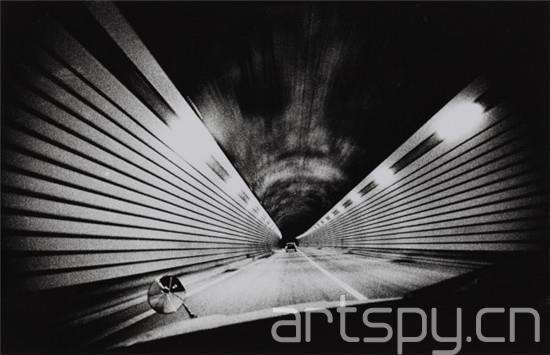1938年,森山大道出生于大阪,起初学习平面设计,随后受摄影大师岩宫武