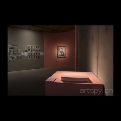 在我们面前的这本是这个展览的图册介绍
