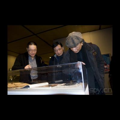 左起一 王璜生馆长给贵宾介绍展品