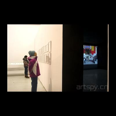 左边的是刘小东作品 右面的是谷文达的影像作品