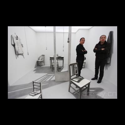 姜吉安 作品,整个房间除了摆放有序的物件本身,所有呈现在观众面前的光影都是艺术家画上去的,而且是不同