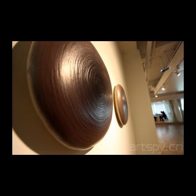 王光乐作品,这是他上一个作品变种,这次的材质不在是画布,而是海绵垫,每一层颜料都是叠加起来的,所以中