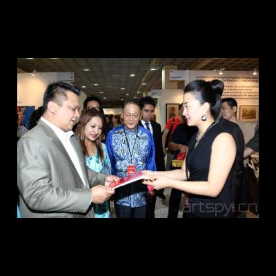 今日美术馆副馆长郑妍向马来西亚玻璃市皇储端姑法依祖丁和皇储妃端姑莱拉杜莎琳亚卡莎卡丽介绍今日美术馆情