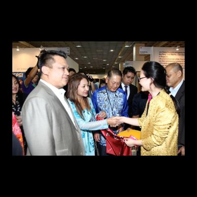 今日美术馆设计美术馆馆长罗怡向马来西亚玻璃市皇储端姑法依祖丁和皇储妃端姑莱拉杜莎琳亚卡莎卡丽赠送今日