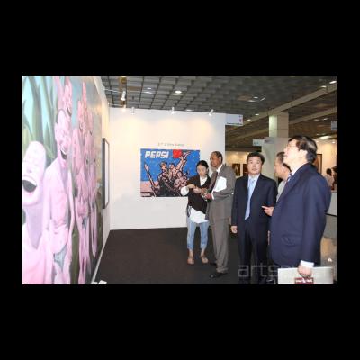 今日美术馆设计美术馆馆长罗怡向马来西亚马中友好协会会长拿督马吉德先生,中国驻马来西亚大使馆政务参赞陈