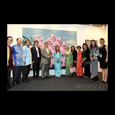 马来西亚玻璃市皇储在今日美术馆馆藏作品前合影(左起今日美术馆罗怡,马艺博主席沈哲初先生,玻璃市州务大