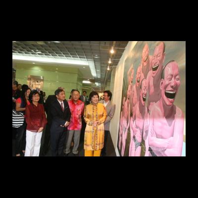 马来西亚国家旅游部部长黄燕燕女士在今日美术馆馆藏作品展位参观