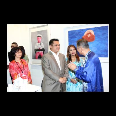 马来西亚艺术博览会主席沈哲初先生向马来西亚玻璃市皇储端姑法依祖丁和皇储妃端姑莱拉杜莎琳亚卡莎卡丽介绍