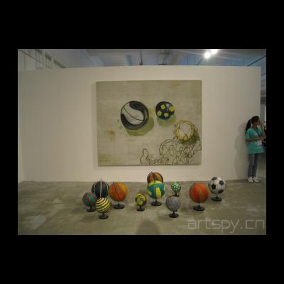 张恩利 滚动的球(布面油画,2012) 地理课2(雕塑,2012)