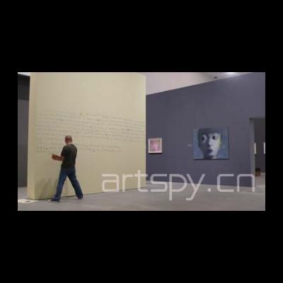 张晓刚在开幕前在展墙上手写和作画