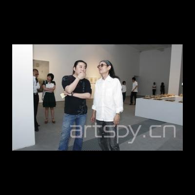 左一 艺术家洪东禄