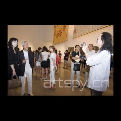 右一 艺术家范姜明道在给朋友拍照留念