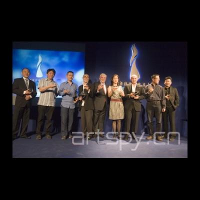 艺术家和颁奖嘉宾主办方一起合影