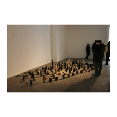 梁绍基,自然系列-烛,装置-蚕丝、竹、蜡,可变尺寸,2003