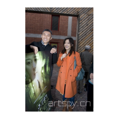 左起 一 前波画廊负责人拿着《爱有来生》的海报 左二《爱有来生》导演俞飞鸿