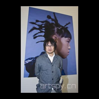 颜磊洪浩的作品照片里的小女孩儿为陈劭雄的女儿是下一期《气泡》的封面