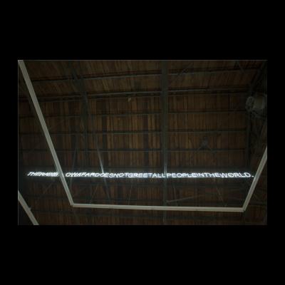 吴鼎,《无系列——远处的彩虹,有些人看得到,但有些人却看不到》,霓虹灯,18×300cm,2014