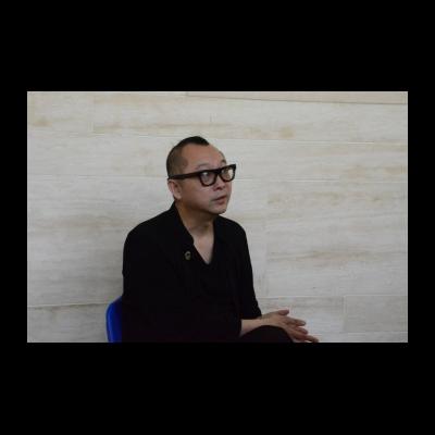 艺术家原弓在展览开幕前接受采访