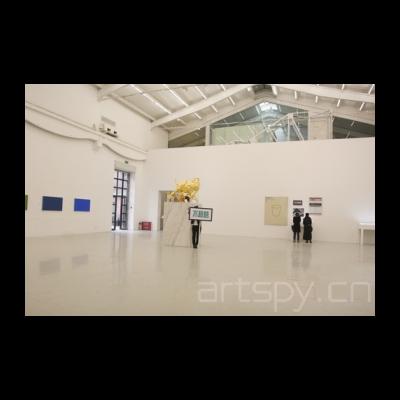 """拿着牌子""""不超越""""这是艺术家刘鼎的作品。满场四处移动。现在正在颜磊作品旁"""