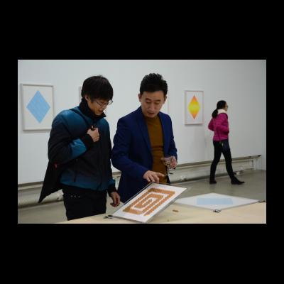 艺术家(右)为观众讲解创作过程