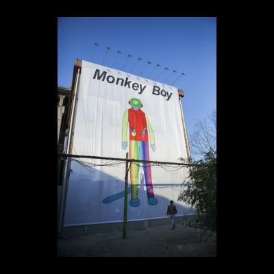 温凌为本次展览特别制作的Monkey Boy旗帜,高12米